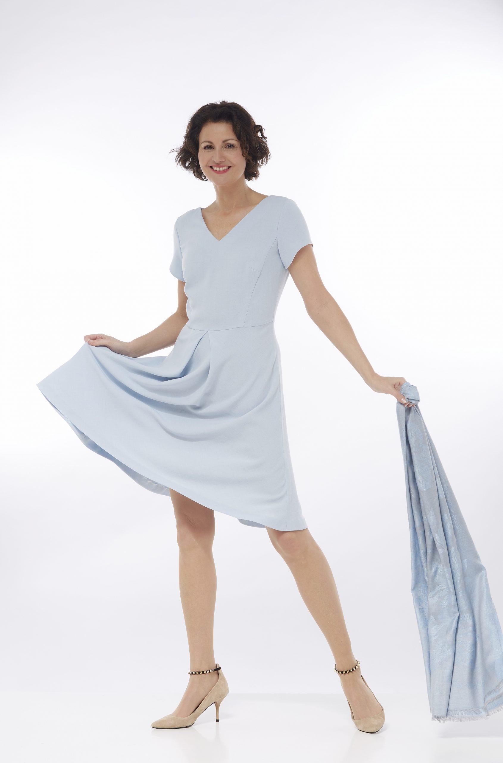 Sommer-Outfits in Blau-Weiß versprühen einen maritimen Flair